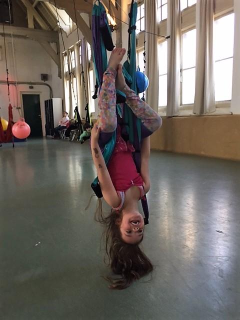 meisje in Fun Swing ondersteboven