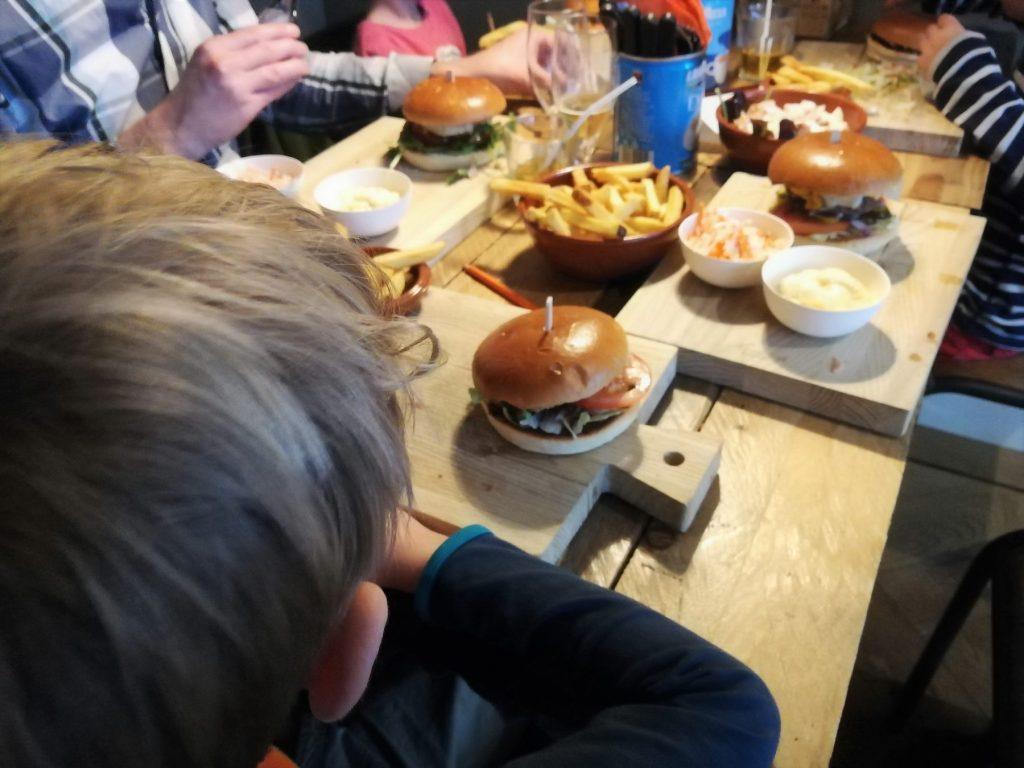 Aan De Tafel.Hamburgers Happen Bij Aan De Tafel In Voorburg Ranja En Rose